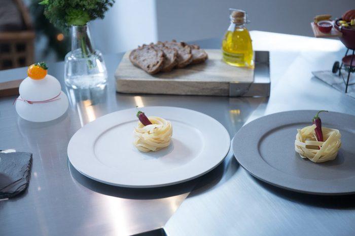 また、比較的幅のあるリムが余白をもたらし、お料理を乗せるととても洗練された雰囲気になります。おもてなし用の一皿にいかがでしょうか?
