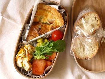 料理の盛り付けに食器を使うと「いつもの雰囲気」になってしまうので、ここはやっぱりピクニックらしく、お弁当箱や使い捨て容器にしましょう。