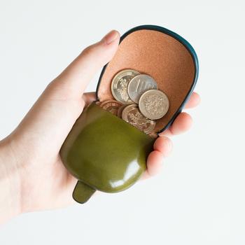 普通のお財布はコインポケット付きが多いので、普段わざわざコインケースを使うことはあまりないかもしれません。でも、レシートや小銭で中身がパンパンになっていませんか?そんなときコインケースがあると、お財布がかさばることもなく、ちょっとしたお買い物のときに小銭をサッとスマートに出せて便利です。