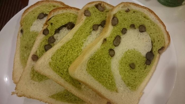 北海道産の大納言をたっぷりと使った、金谷ホテルベーカリーの「抹茶大納言」。抹茶と大納言を練り込んだパンは、ぐるぐるのうずまきがとってもきれいな焼き上がりに。