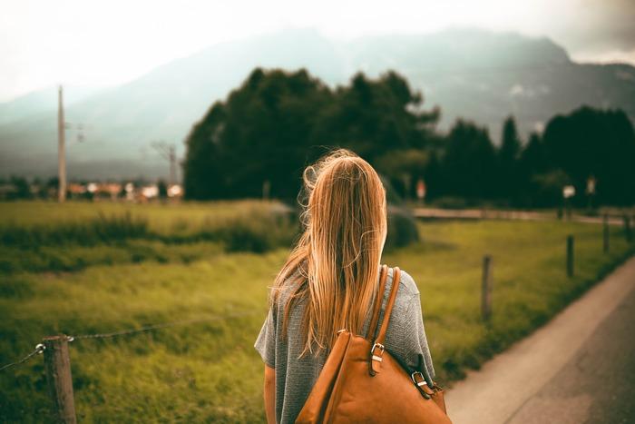 """朝から日中にかけては、体を活動的な状態にする""""交感神経""""が優位になるのが望ましいとされています。いつもより少し多めに歩く、エスカレーターやエレベーターではなく階段を使うなど、日常の中でこまめに体を動かして、交感神経を刺激しましょう。"""
