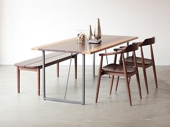 デザインは違ってもダイニングチェアの素材を合わせることで、全体に統一感が生まれて組み合わせやすくなります。こちらはテーブルとチェアをすべてウォールナット材で統一。森の中にいるかのようなナチュラル感がうまれます。