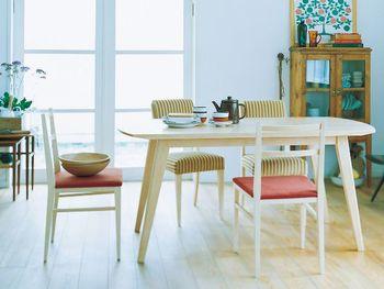 こちらはテーブルとチェアの脚を同素材に。まったく違うデザインのチェアでも素材を合わせるだけで、ダイニングに統一感が◎