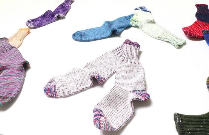 「なんで靴の中で履くのに靴下と呼ぶのだろう?」 という素朴な疑問から誕生した、その名も「くつなか」。 自社で染めた糸を使用したもので、ひとつずつニュアンスが異なる一点もの。 カラーバリエーションも豊富なので、コレクションにして気分によって履き分けるのもあり!