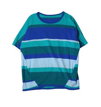 4C maru t HALF SLEEVESの「4」は、4色という意味合い。 丸みを帯びた肩のラインが、やわらかいシルエットを作ってくれる。 肌触りの良さはいわずもがな、これからの暑い季節のお供にも◎