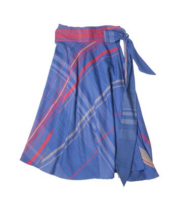 好きなように巻いて履けるスカートは、身体のラインを美しく演出してくれる。 調整可能な腰のリボンは、デザイン的にもポイントに。
