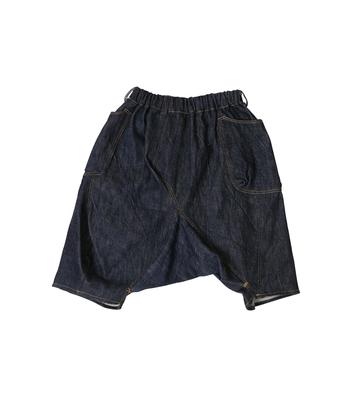 膝下丈のデニムパンツ。 コロンとしたフォルムが愛らしく、お尻周りもゆるりとカバーしてくれるので見せたくなる後ろ姿に。