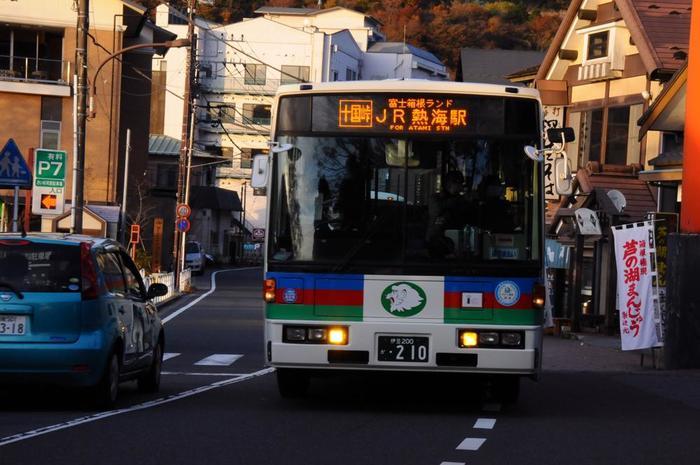 西武系の伊豆箱根バスは、仙石原・宮城野周辺を除いて、箱根全域を運行している他、小田原・熱海・湯河原と箱根を結んでいるので、東伊豆へ足を伸ばす人、熱海から新幹線に乗車する人に便利です。