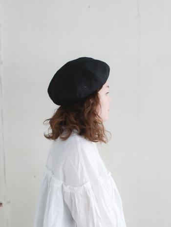上質なフレンチリネンを使用したベレー帽は、柔らかで良質な肌触りのため、被りやすい仕様となっています。形も美しく、コーディネートのアクセントとなってくれる優秀アイテムです。