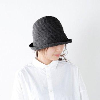 こちらもマチュア-ハの帽子で、涼し気なジュード素材を使用しています。丸みのあるフォルムが女性的で、大人のカジュアルコーデを上品に仕上げます。