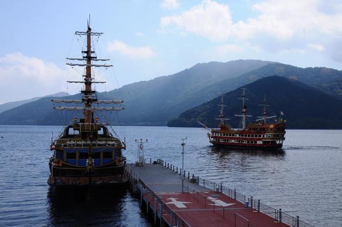 なだらかな山並み、山の彼方にのぞく富士山、湖面に映る木々や雲。大空の下に広がる芦ノ湖の景色は、箱根の風景を代表する一つです。湖畔の景色も良いものですが、ゆったりと変わりゆく船上からの眺めも格別です。【箱根海賊船】