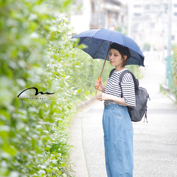 バッグで有名なMARINE DAY(マリンデイ)からは厚手のリネン生地にUV加工を施した日傘。ウッドパーツが落ち着いた印象を与え、カジュアルスタイルにも取り入れやすくなっています。