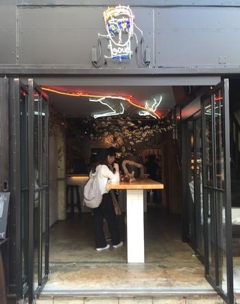 入り口はオープン!とっても入りやすい雰囲気です。なんとこちらのお店、15時にオープンするので夕食の前にふらっと立ち寄ることも出来ちゃいます。