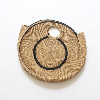フランス人デザイナーと職人によって生み出されたラウンド型のラフィアバッグ。印象的で目を引くデザインなので、ベーシックな着こなしでもセンスの良いスタイリングへと仕上げてくれます。