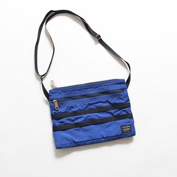アウトドアブランドのホワイトマウンテニアリングとポーターとの別注モデルで作られたサコッシュバッグ。大きすぎず小さすぎないサイズ感と細かなポケットの収納付きで、使い勝手の良さにこだわった逸品。
