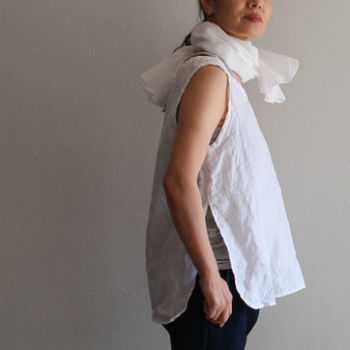 上質で肌触りの良いシルクスカーフは、1枚持っておきたい大人なアイテムです。程よいボリュームが出るので、華やかさがアップします。