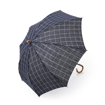 糸をゆったりとした輪にして束ねた「かせ」の状態で染めることにより、デニム地のような味わいあるムラ感が生まれる「スペック染め」の日傘。竹の持ち手で和を感じるデザインで落ち着きのある上品さが素敵です。