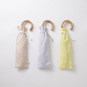 四季折々の日本の花をイメージした花七宝のテキスタイルが使われた折り畳み傘。晴雨兼用なので、梅雨の時期も日差しが厳しい夏の季節も活躍します。