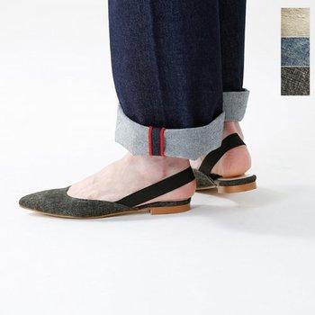 スペイン発のレメのリネンバックベルトパンプスは、程よいクッション性のある優しい足あたりで、素足でも気持ちよく履きこなすことができます。上質なリネン素材で、カジュアルな中にもエレガントさを感じるポインテッドトゥが女性らしい品の良さを演出します。