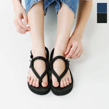 オリジナルのフットベッドとアウトソールを採用し、スニーカーのように軽やかな歩き心地で長時間歩いても疲れにくいサンダルです。シンプルなコーデでも差を付ける洗練された自信のコーデが作れます。