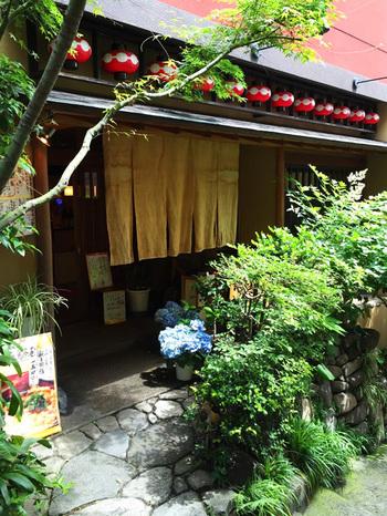 飯田橋駅から約5分、老舗の旅館や料亭のような佇まいが素敵。浴衣デートで訪れたいお店です。