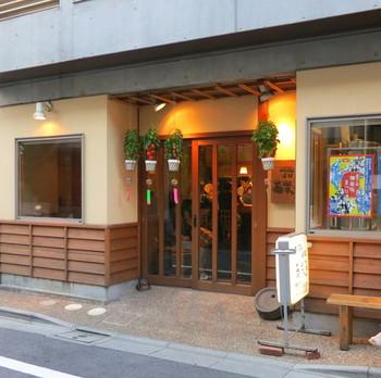 飯田橋駅から徒歩約4分。行列のできるお蕎麦屋さんとして有名なお店ですが、中に入れば落ち着いた雰囲気が漂い、おひとりさまでもゆっくりと食事とお酒を楽しめます。