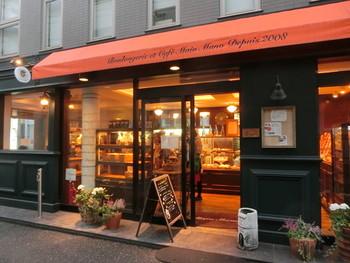 パリの16区をイメージしたという「Main Mano(マンマーノ)」は、フランス語のBGMが流れるブーランジェリー&カフェです。