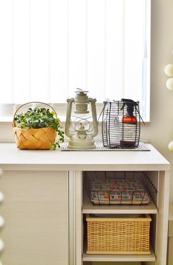 中央にある可愛いランタン。こちらはオイルランタンなので、防虫効果のあるオイルを入れて使うことができます。天然ハーブ系のオイルを使えば、おうちの中で灯しても爽やかな香りが楽しめそう。バルコニーやお庭で使うのも良いですね。