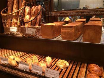 パリの5つ星「ホテル・ド・クリヨン」で製パンシェフを務めたオーナーが作り出す、本場の味を楽しめます。看板商品はクロワッサンやバゲットなど、素材と製法の違いを実感できるものです。もちろん、サンドイッチやデニッシュ、焼き菓子なども好評です。