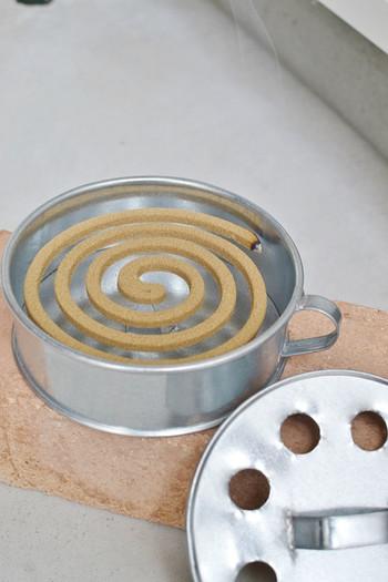 火を使うものなので、ブリキ素材の蚊取り線香入れに入れればさらに安心です。無機質でシンプルなので、玄関先やポーチに置いても似合いますよ。