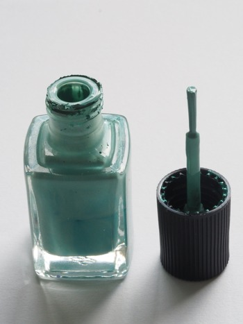 塗るときは、筆をしっかり寝かせて。爪の呼吸をふさいでしまわぬよう生え際を1mmほど残して、指先に向かって塗っていきましょう。  筆は止めずにスっと素早く動かすことが、よれずにキレイに塗るコツです。