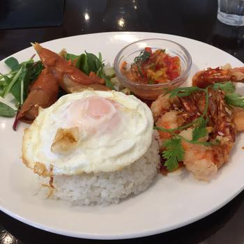 「Fireking cafe」は、「ガパオライス」「ナシゴレン」「ミゴレン」などのインドネシア料理が味わえます。「ランチプレート」は、海老フライ、揚げ春巻き、目玉焼き、サーモンのカルパッチョなどがのり、スープとサラダ付きです。