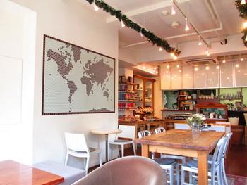 """元町にあるカフェ「kaoris(カオリズ)」は、毎日の暮らしがちょぴり楽しくなるような、""""シンプルでスペシャル""""なメニューに出会える場所。アメリカのお家に遊びに来たかのような雰囲気。"""
