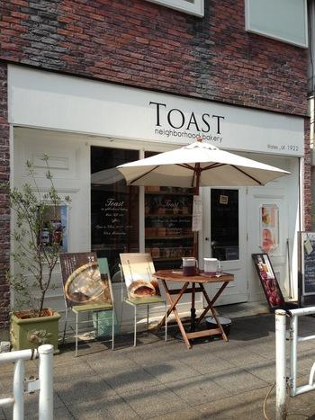 まるでイギリスのパン屋さんのようなかわいらしい佇まいのこちらのお店は、本郷町にある「TOAST neighborhood bakery(トーストネイバーフッドベイカリー)」。先程紹介したカフェ「kaoris」の姉妹店です。