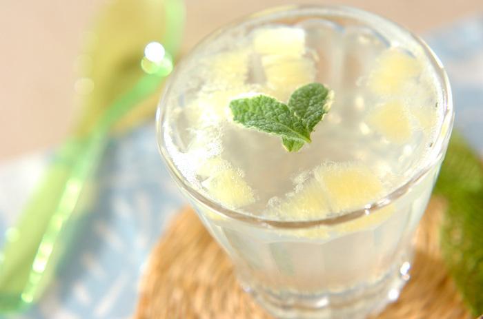 見た目がとっても涼し気なレモンゼリー。食後に食べると、お口の中もさっぱり!透明のグラスに作って、暑い夏を爽やかに演出してみては!