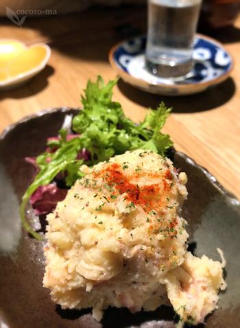 そして日本酒と相性の良いメニューが豊富。いぶりがっこポテトサラダ、ゆばピザ、わさび枝豆や焼きおにぎりなど、気取らない、それでいて美味しい料理の数々。益や酒店さんのメニューは仕入れ状況によって変わるので、行くたびに違った素材や料理と出会えるかもしれません。