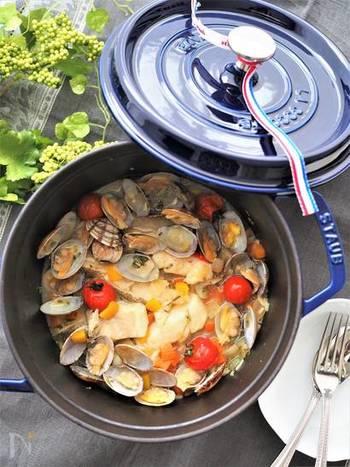 ローズマリーが香るアクアパッツァ。プチトマトとパプリカは最後に入れて、予熱調理だけでOKとのこと。