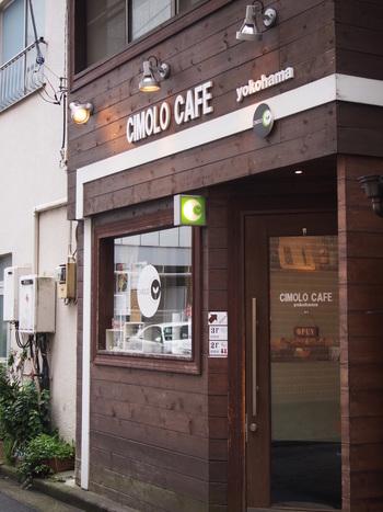 横浜駅から少し歩いた場所にひっそりと佇む、秘密基地のようなカフェ「CIMOLO CAFE(チモロカフェ)」。こじんまりとした3階建ての店内で、自分だけの穏やかな時間を過ごすことができます。