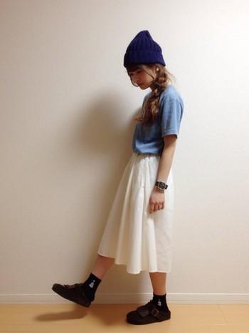ホワイトのミモレ丈スカートはブルーのアイテムと相性抜群!夏らしい爽やかな着こなしになるだけでなく、こなれ感のある大人カジュアルなスタイルに仕上がります。