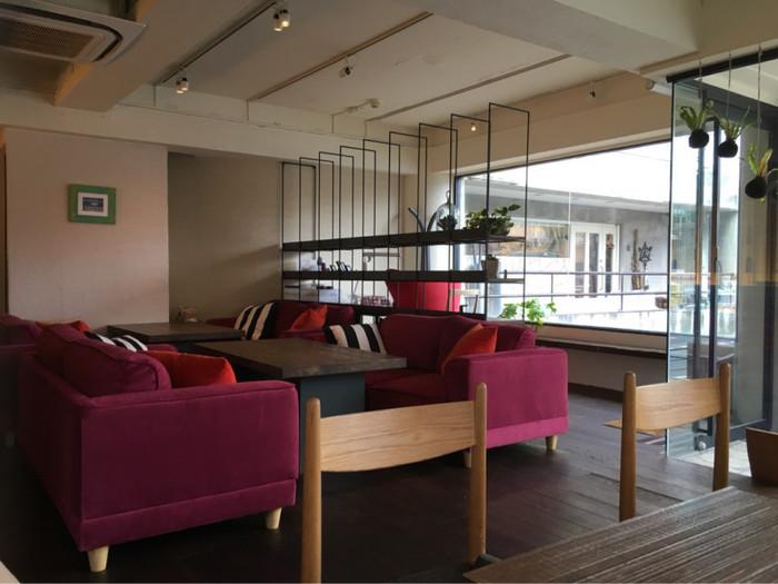 店内はゆったりとできそうな落ち着いた空間。一人で気軽に利用できるカウンター席やテーブル席、のんびりと過ごせるソファー席があり、思い思いに過ごせそう。