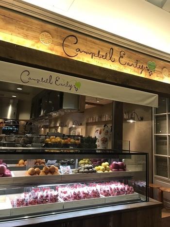 「Campbell Early(キャンベル・アーリー)」は、老舗果物店「南国フルーツ株式会社」の直営のカフェです。厳選されたフルーツがショーケースにずらりと並び、お店に入る前からワクワクしてしまいますね♪