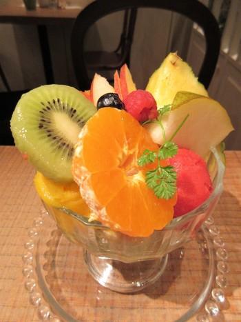 旬のいろんなフルーツが味わえる人気の「ミックスフルーツパフェ」は、どのフルーツもフレッシュでジューシー!