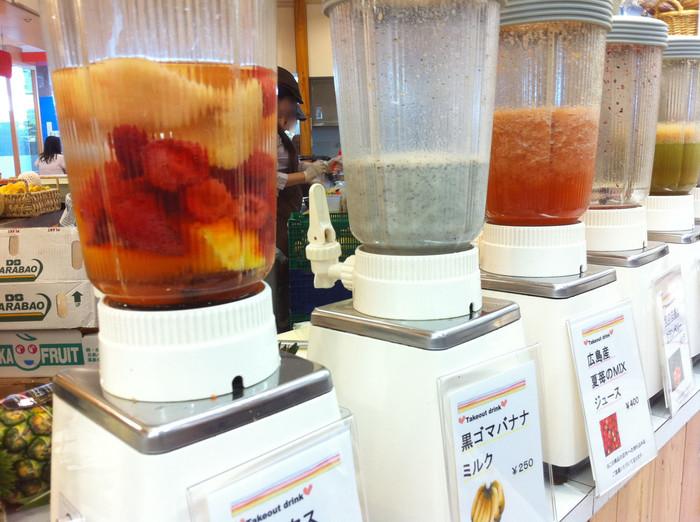 こちらの定番、フルーツジュース。新鮮なくだもので作った数種類のジュースは、テイクアウトできるのでショッピングの合間のひと休みにぴったり♪