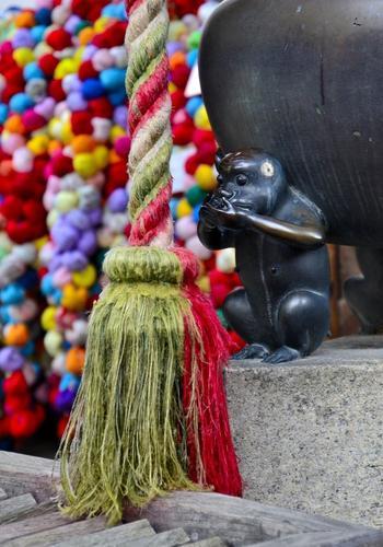 本堂前にある香炉…こんなところにも猿が!境内にいる猿を探してみるのも楽しいですね♪
