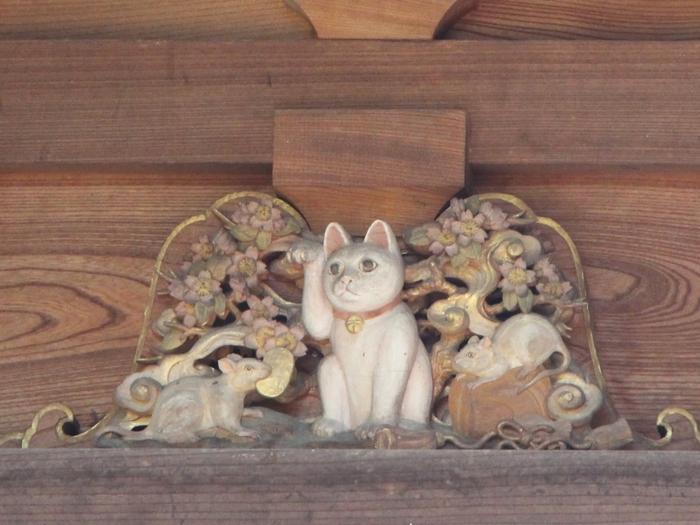 三重塔を見上げるとこんなところにも招き猫の姿が。この招き猫以外にも三重塔には猫がいるので、ぜひ探してみてくださいね♪