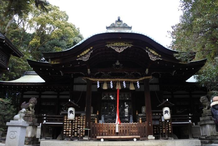 """岡崎神社は、794年の平安京遷都の際に""""王城鎮護""""のために建てられ、平安京の四方の東にあることから「東天王」と呼ばれています。御祭神は速素盞鳴尊(すさのをのみこと)、奇稲田姫命(くしいなだひめのみこと)、三女五男八柱御子神(やはしらのみこがみ)で、子授け・安産・縁結び・厄除けなどのご利益があります。"""