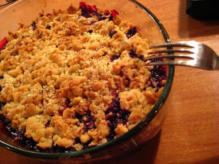 夏は旬なブルーベリーを使った『ブルーベリーパイ』でのおもてなしが盛んです。パイといっても北欧ではパイ生地ではなく、バターと小麦粉を混ぜてつくるクランブルケーキを指します。ブルーベリーを耐熱皿に入れて上にクランブルをかけてオーブンへIN!粉をふるったり混ぜたり型にいれたりといった面倒な作業がないので、手間もかからずあっというまにできちゃいます。カスタードのようなバニラソースをたっぷりかけていただきます♪小さい耐熱皿に入れてそれぞれサーブすれば、切り分ける必要もなし。「今年はどこのエリアでブルーベリーがたくさん採れたよ」なんてFIKAで情報交換をすることも。