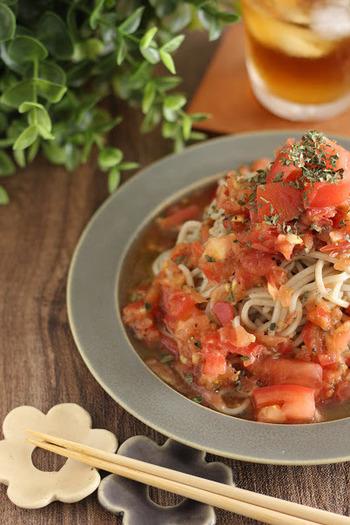 トマトをたっぷりと使った冷製トマト蕎麦。バジルとオリーブオイルを加えて、イタリアン風に仕上げられています。ヘルシーでのど越しもよいですので、暑い日にもぴったりの一品です。