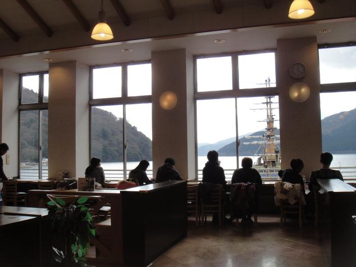 """「桃源台ビューレストラン」は、ロープウェイから海賊船に乗り継ぎするのに、格好の休憩場所。桃源台ターミナル内にある明るい店内は、開口部広く、芦ノ湖の爽快な""""眺め""""を存分に楽しめます。"""