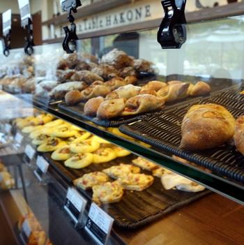 1階は、対面式のベーカリーショップ。ハード系から菓子系のパンまで種類豊富。サンドイッチ類も充実しています。